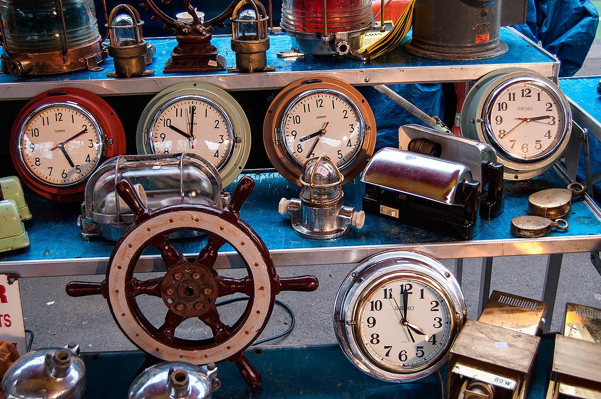 Коллекция часов, антикварный рынок, Барселона