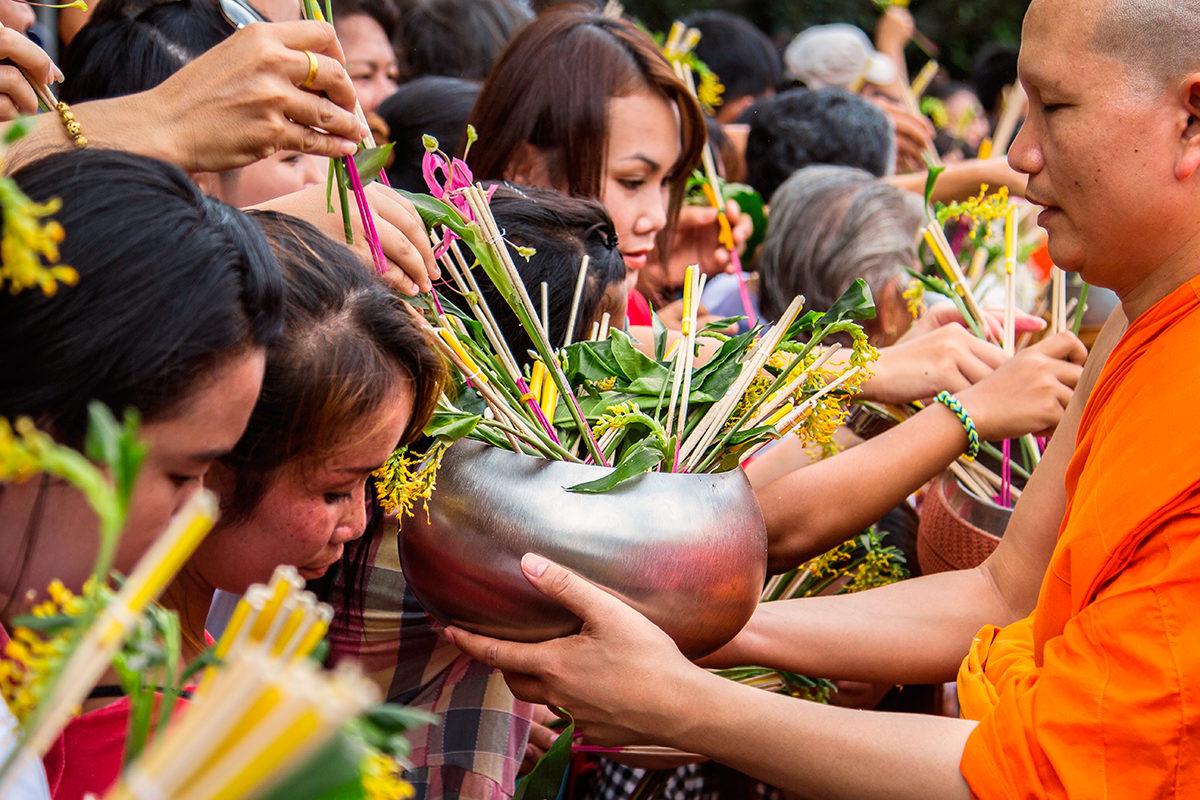 Посетители храма совершают подношения
