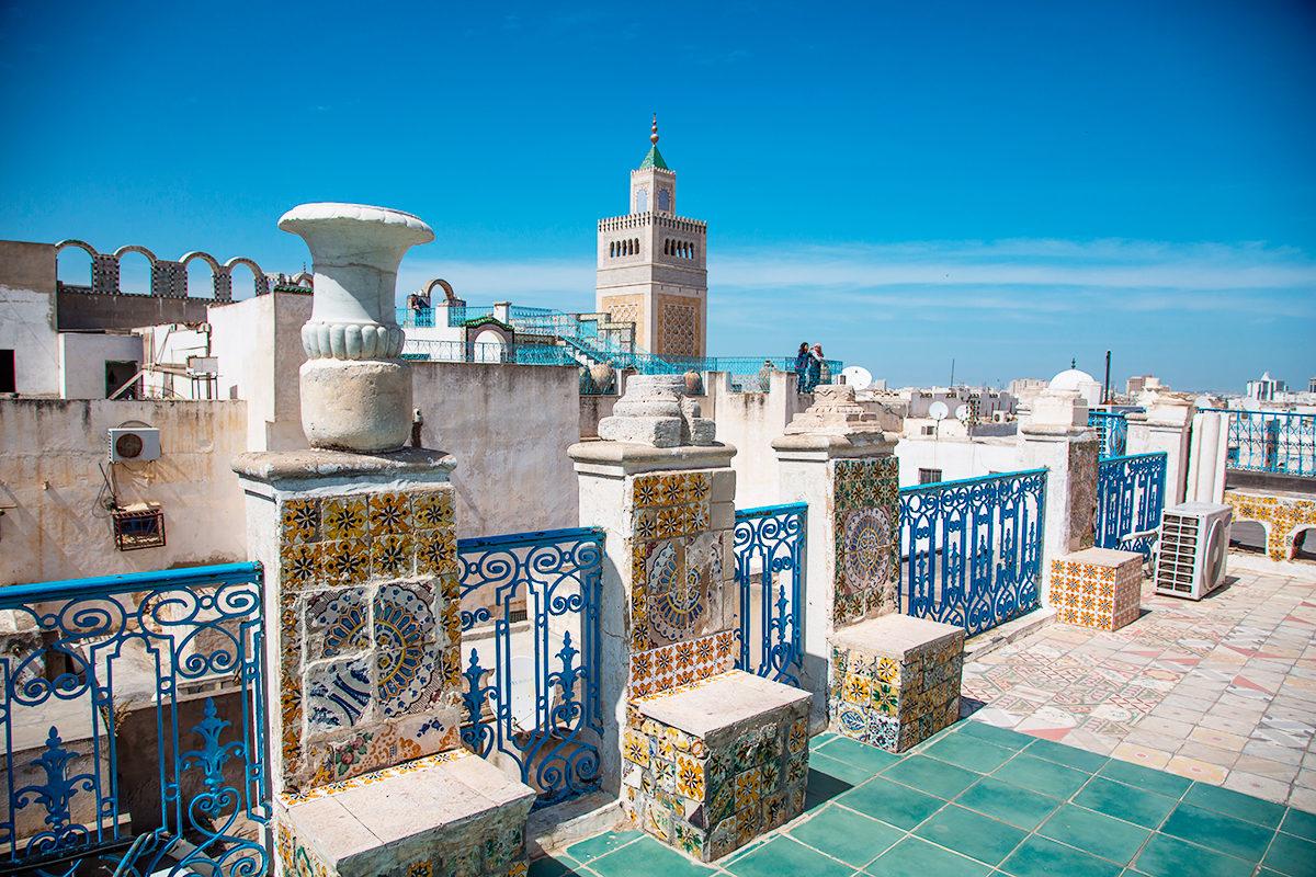 Вид на религиозный символ Туниса - мечеть Зитуна