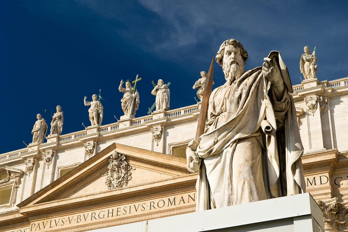 Статуя апостола Павла перед базиликой Святого Петра