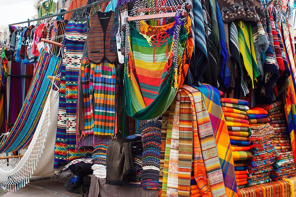 Гамаки и другие изделия из цветной ткани