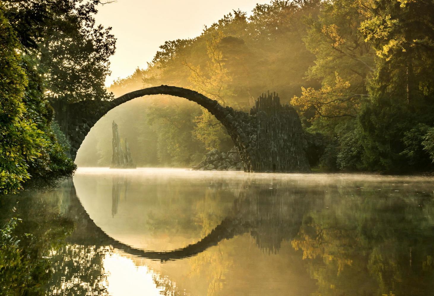 Старинный мост Rakotzbrücke Германия. Ancient Bridge, Kromlau, Germany